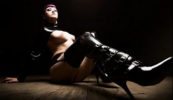 nue avec bottes